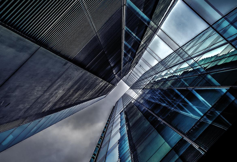 Edificios de oficinas desde el exterior y de abajo a arriba