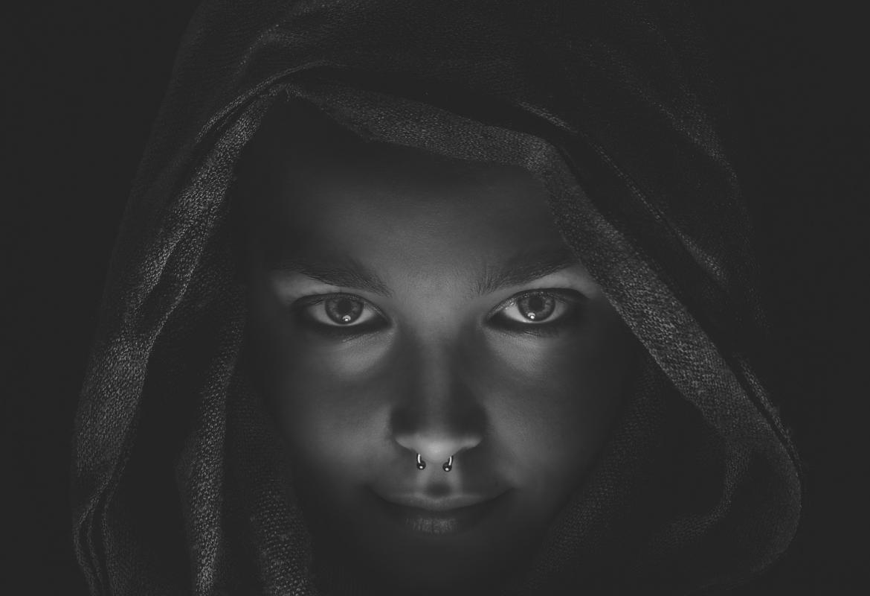 Cara en blanco y negro de una chica con capucha y piercing en la nariz