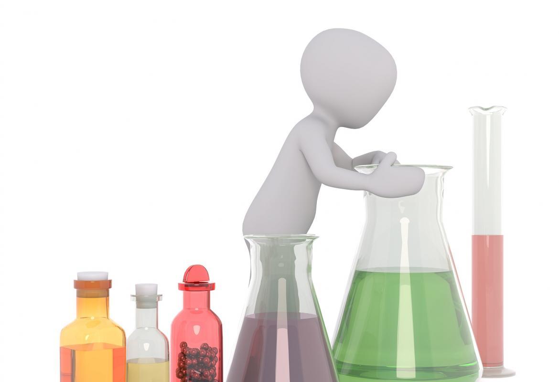 Distintos tipos de matraces, frascos y pipetas y una persona mirando