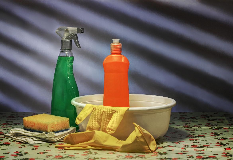 Palangana, limpiadores, guantes y estropajo