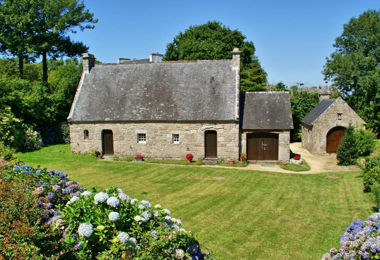 Casa de campo con jardín construida en zona granítica