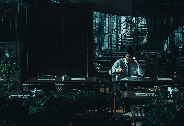 Hombre trabajando en un bar en oscuridad