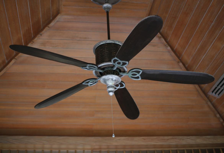 Imagen de un ventilador de techo de madera visto desde abajo