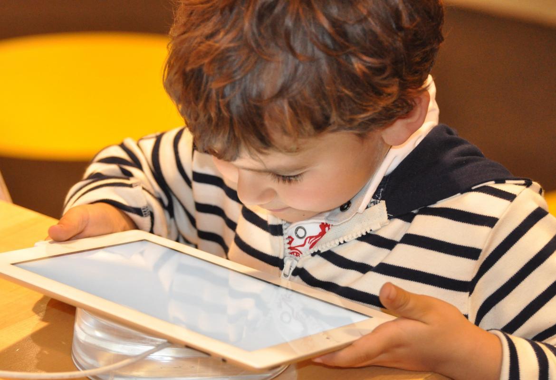 Niño jugando con una tablet