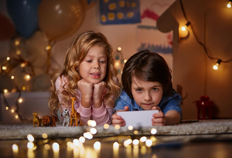 Niños mirando el móvil