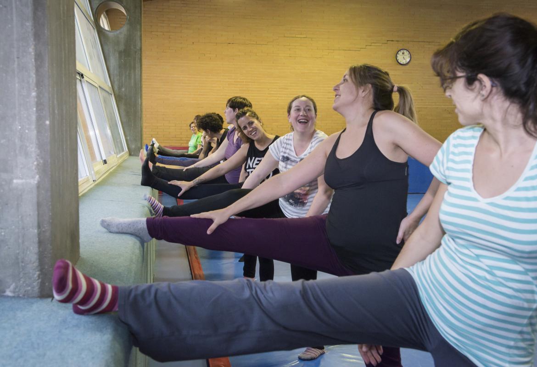 mujeres calentando antes de hacer actividad física