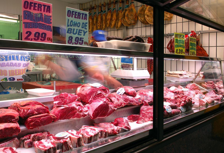 Carnicería exponiendo a la venta sus productos