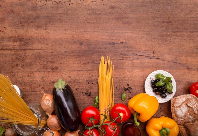 Mesa con pasta, verdura y fruta para cocinar