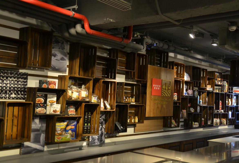 Expositor realizado con cajas de madera con listones para colocar productos alimentarios de Madrid