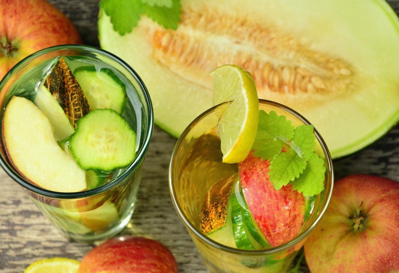 trozos de fruta y verdura en vasos de agua y melón
