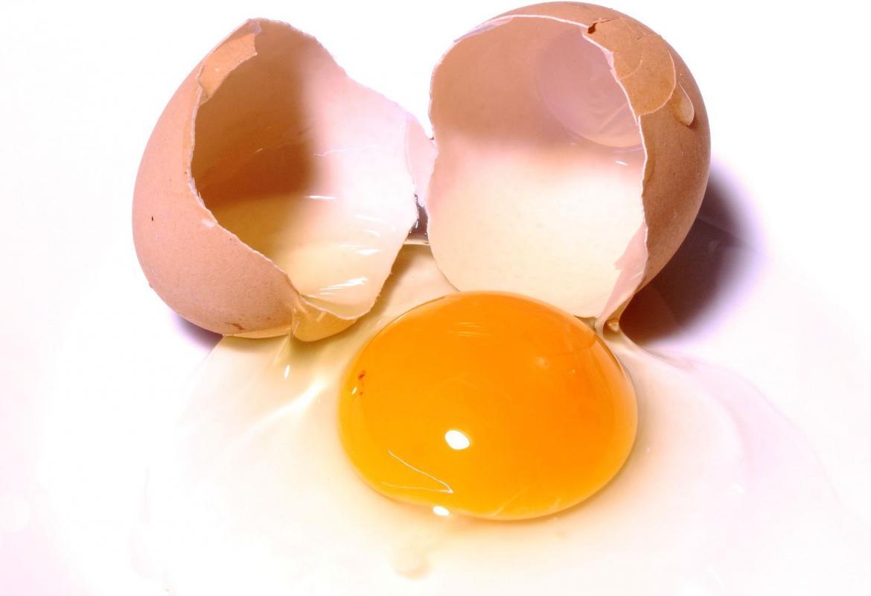 Huevo crudo cascado