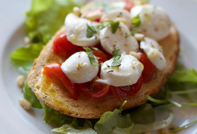 tostada de pan con aceite,tomate y queso
