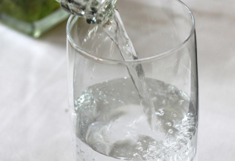 vaso de agua llenándose