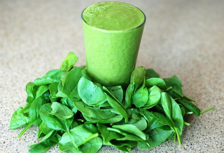 Smoothie verde con hojas verdes de ensalada