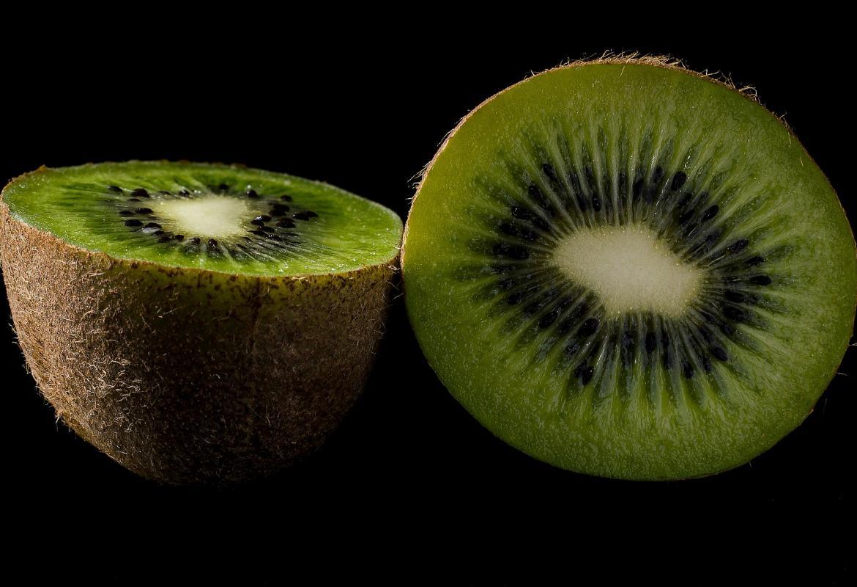 Kiwi partido en dos mitades