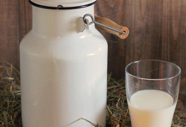 cántara con vaso de leche