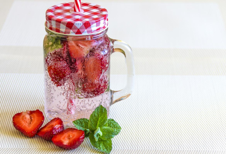 jarra de agua con fresas