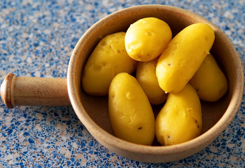 Patatas cocidas peladas en un cuenco