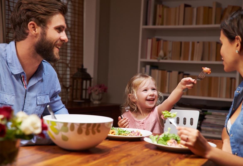 familia cenando en la mesa