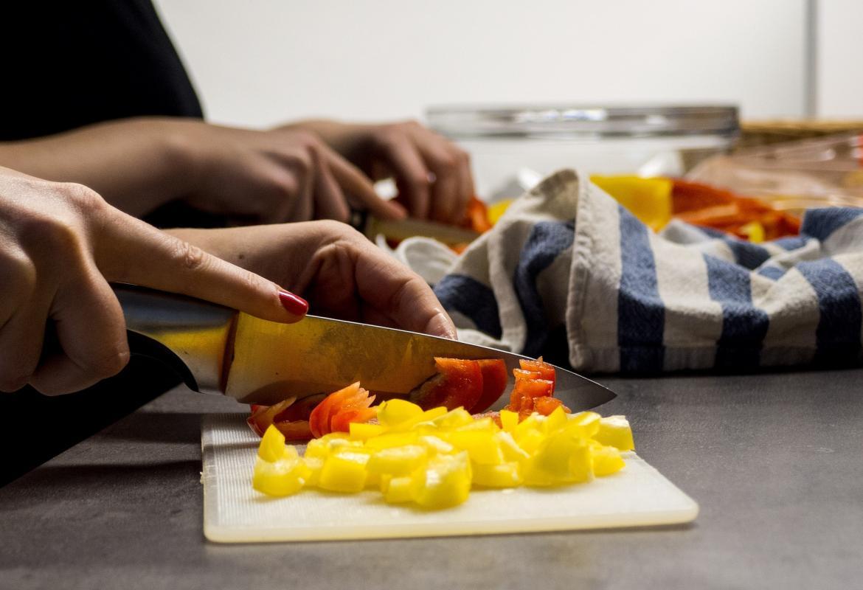 Tabla de cortar y cuchillos cortando frutas