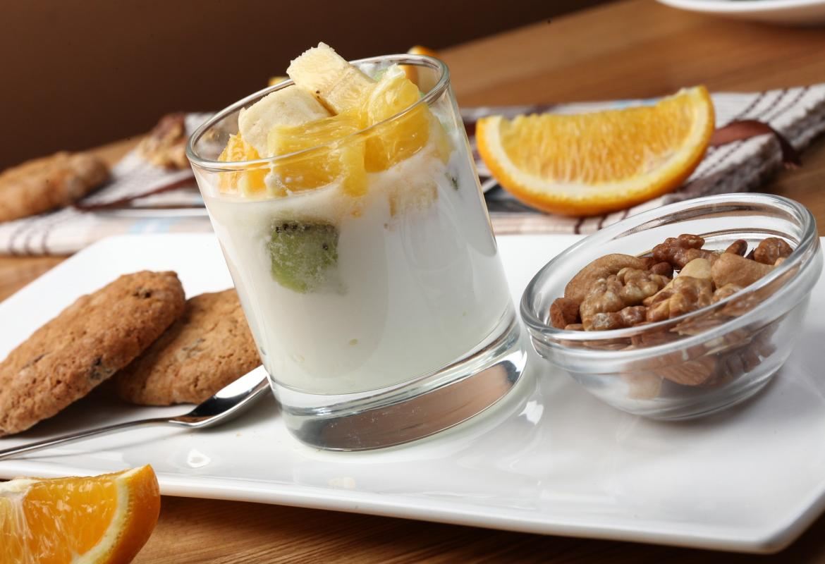Yogur con galletas y fruta