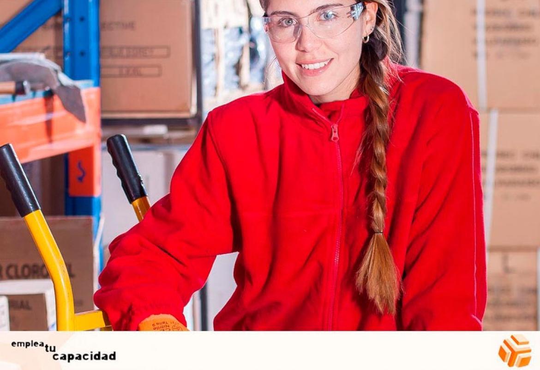 Mujer joven trabajando en un almacén
