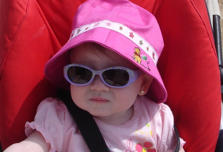 Bebé con gorro y gafas solares