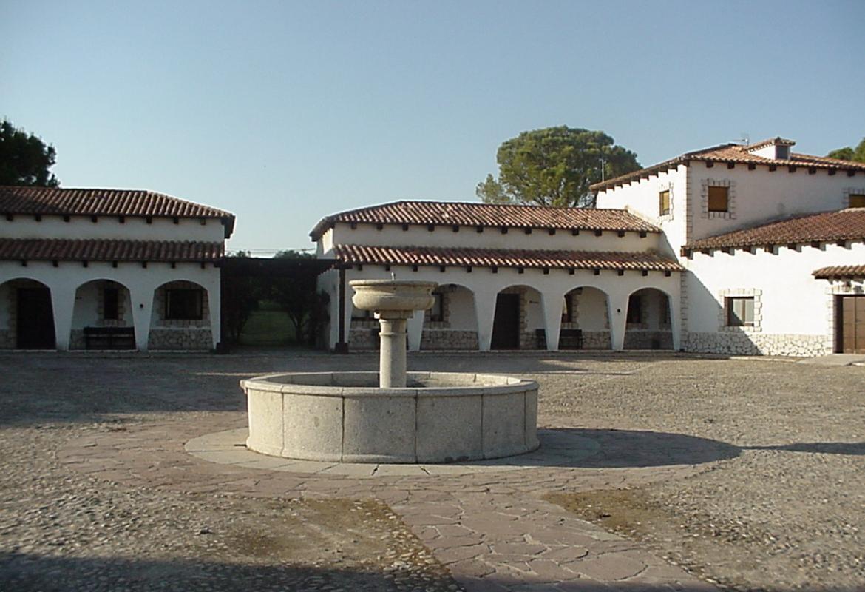 edificio y patio de caserón de campo