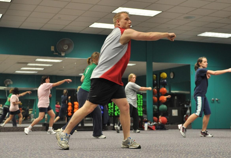 grupo haciendo ejercicio en un gimnasio