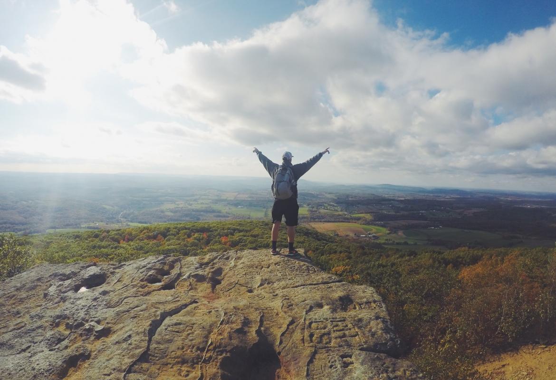 hombre en lo alto de una montaña