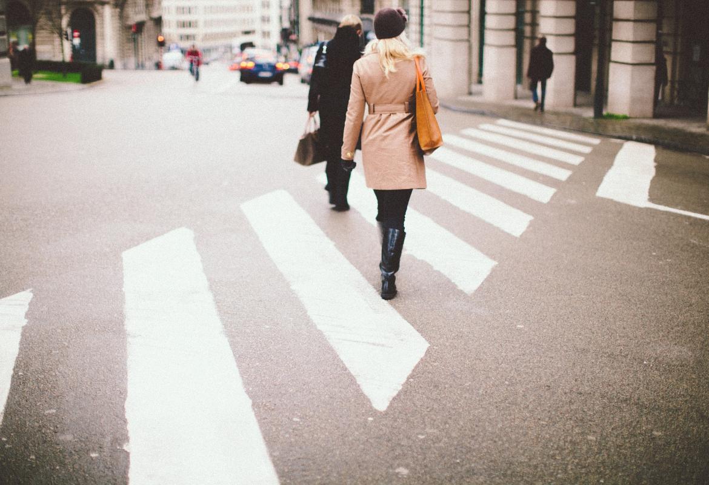 Personas cruzando por un paso de cebra