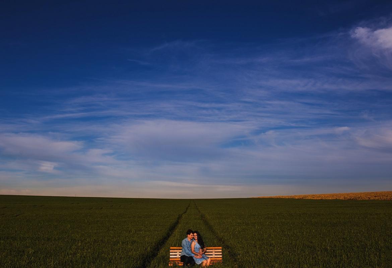 cielo con pareja sentada en banco