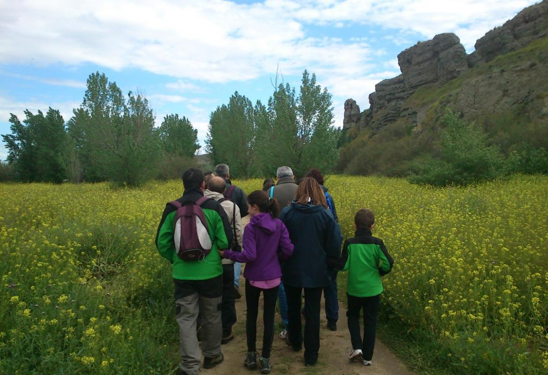 Familia paseando por alrededores de El Campillo