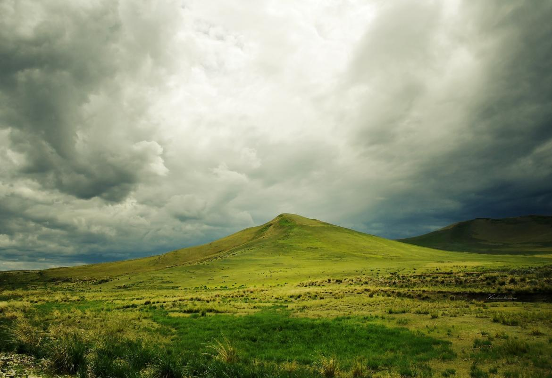 Montaña verde con nubes