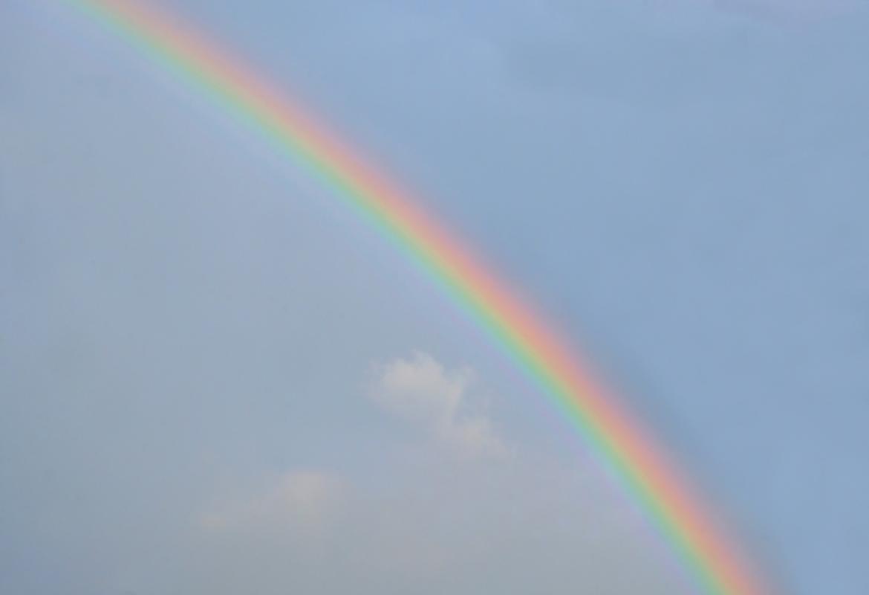 Arco Iris sobre cielo azul