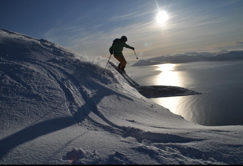 Esquiador de alta montaña descendiendo una cima