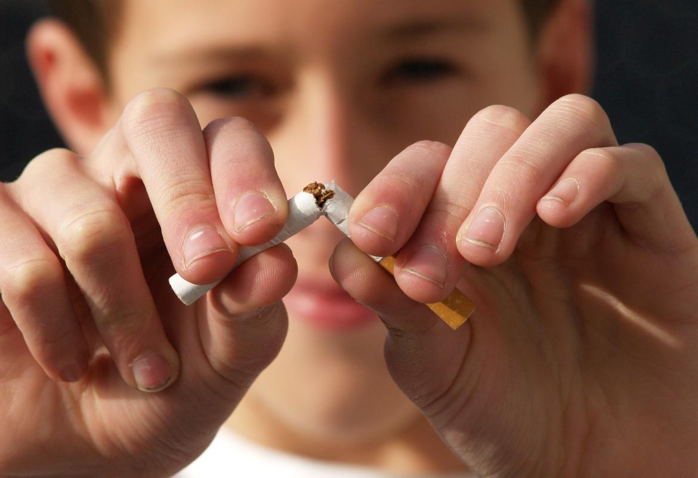 joven partiendo un cigarrillo