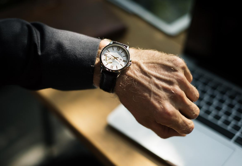 Brazo enseñando su reloj