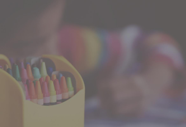Ceras y niño pintando