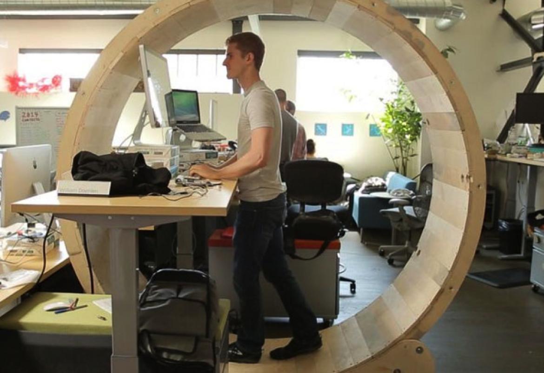Mesa de trabajo con rueda para andar
