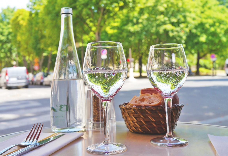 mesa de restaurante con panera y agua