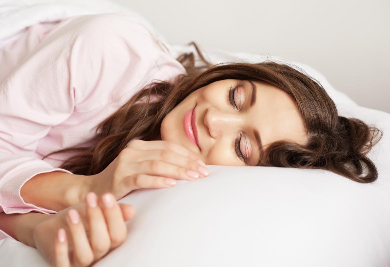 chica en la cama acostada sonriendo
