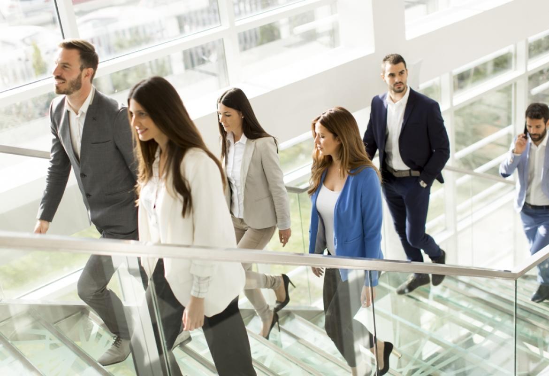 trabajadores en empresa subiendo escaleras
