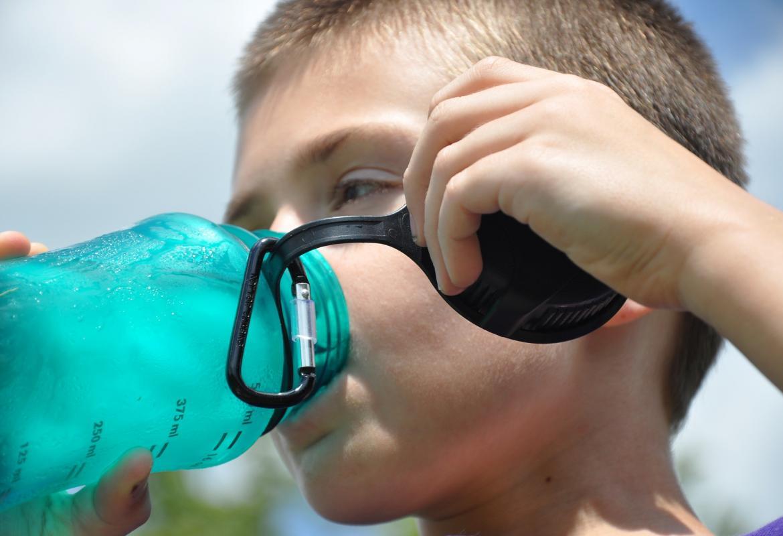 Niño bebiendo