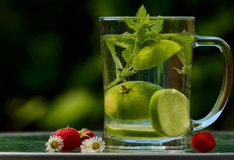 jarra con agua, limón y hierbas