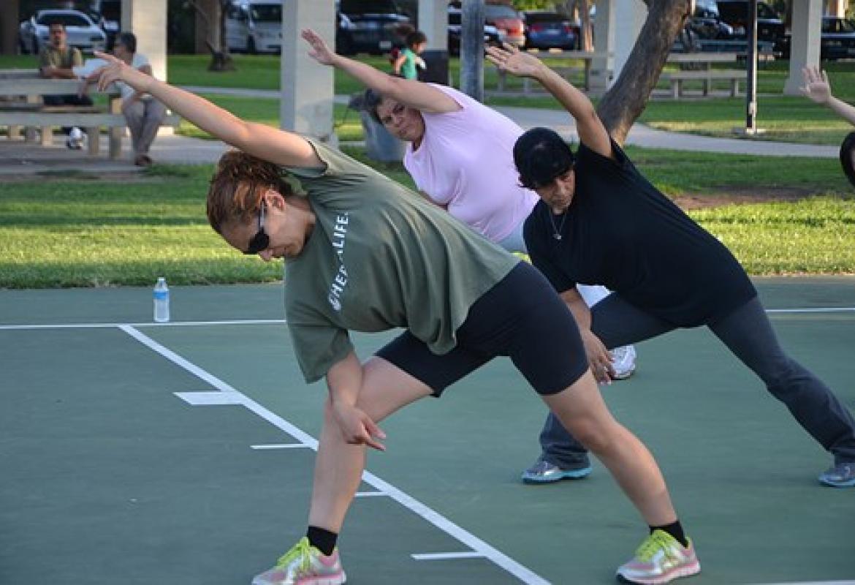 mujeres haciendo deporte concentradas
