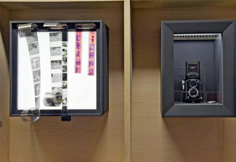 Imagen de cámara antigua Yashica Flex Copal y negativos de carretes de fotos