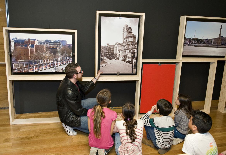 Imagen de educador mostrando fotos antiguas a los participantes