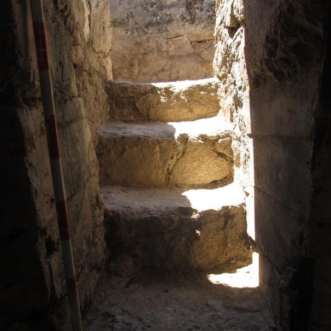 Imagen de la escalera de acceso a pozo de tirador en posición Calvario