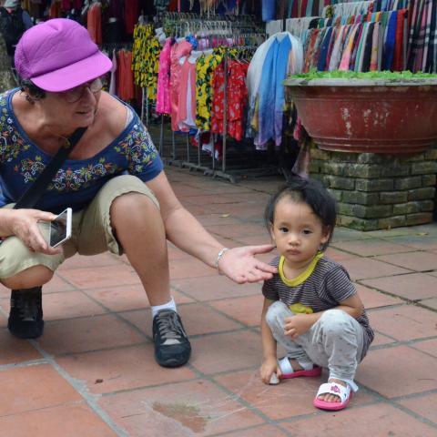 Mujer mayor y niño pequeño